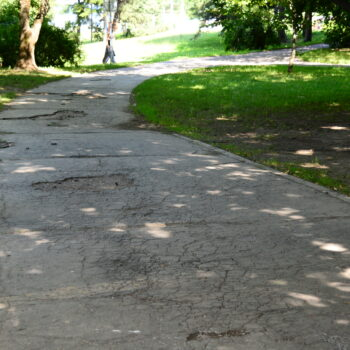 -5d3027235399b--5d3027235399cChodník Park pod Pämatníkom, pred opravou.JPG